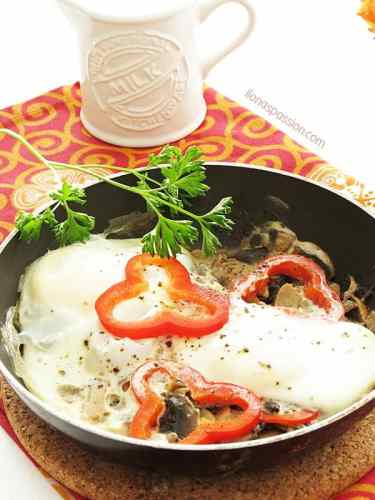Healthy, quick poached eggs with red pepper and mushrooms by ilonaspassion.com #poachedeggs #eggs #healthy #mushrooms