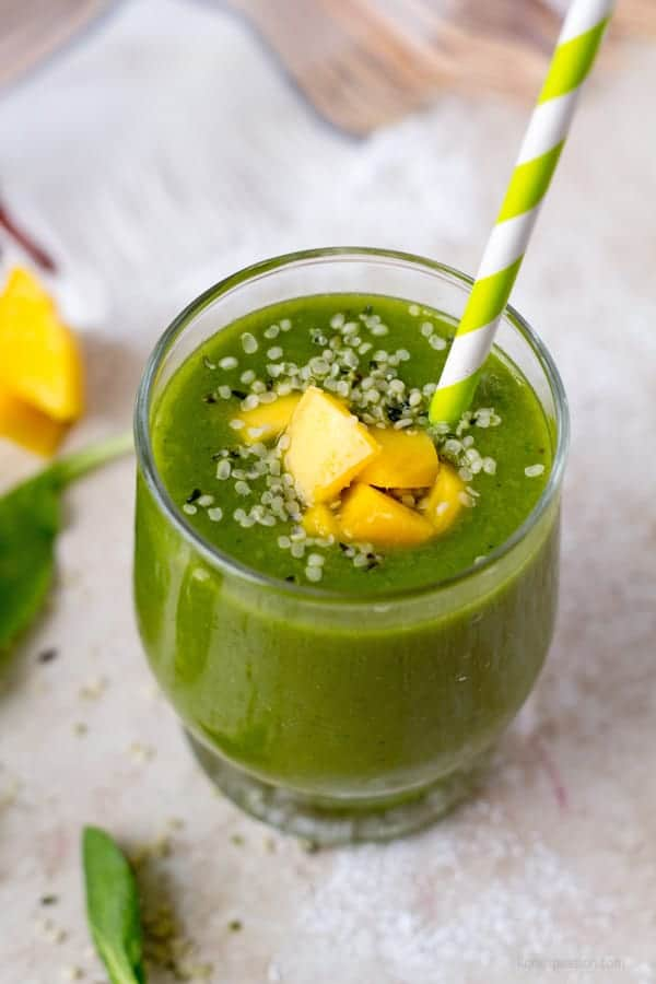 Mango spinach smoothie in color green has many benefits by providing nutrients and vitamins by ilonaspassion.com I @ilonaspassion