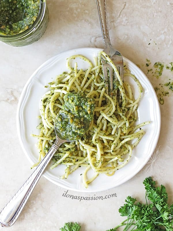 Basil Spinach Almond Pesto by ilonaspassion.com #pesto #basil #spinach #recipe