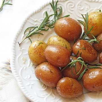 Buttery Rosemary Potatoes by ilonaspassion.com #rosemary #potatoes #buttery #vegetarian
