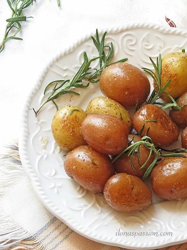 Buttery Rosemary Potatoes by ilonaspassion.com #rosemary #potatoes #buttery #vegetarian