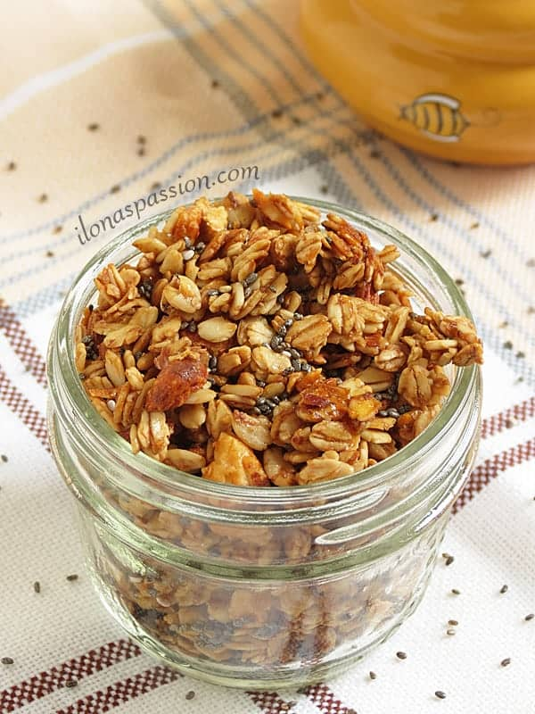 Honey Almond Chia Granola by ilonaspassion.com #honeyalmond #chia #chiagranola
