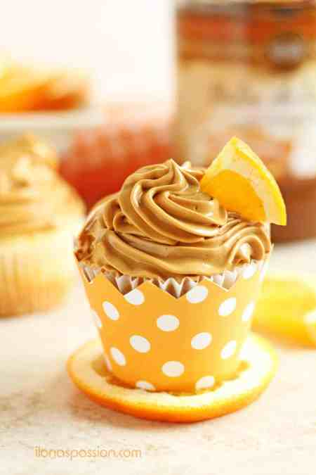 Orange Cupcakes with Dulce de Leche Buttercream - delicious orange cupcakes with dulce de leche buttercream frosting are cakey, fluffy and citrusy! Yummy cupcake recipe for a party! by ilonaspassion.com @ilonaspassion