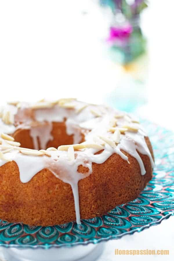 Almond flour bundt cake made only with few ingredients. Easy to bake in bundt cake pan by ilonaspassion.com I @ilonaspassion
