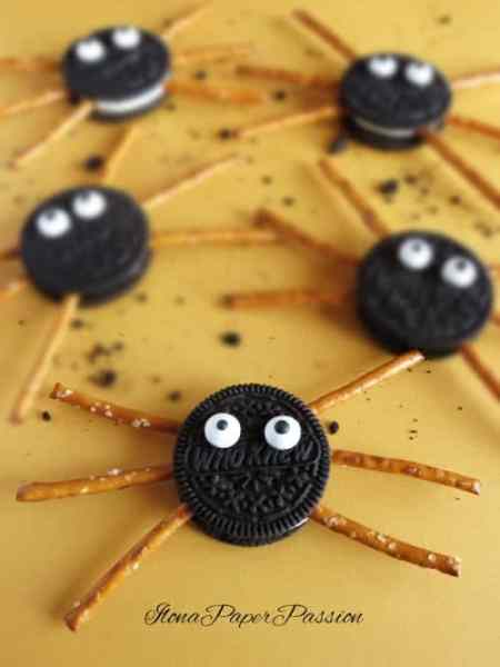 Oreo Cookie Spiders - easy Halloween recipe for kids party. Spiders made with oreo by ilonaspassion.com I @ilonaspassion