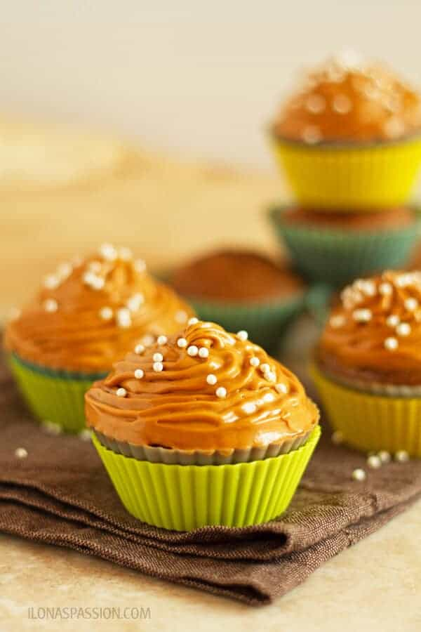 Gingerbread cupcakes recipe with cinnamon, nutmeg, ginger and fancy molasses frosted with dulce de leche buttercream. Great for parties! by ilonaspassion.com I @ilonaspassion