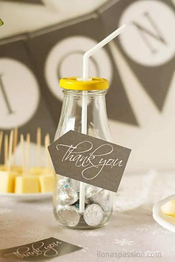 First Communion Party Ideas including favors, recipes for white chocolate cupcakes, mini pavlovas, gift ideas and printables. Beautiful communion decor by ilonaspassion.com I @ilonaspassion
