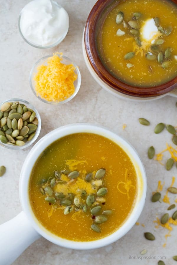 Easy to make rosated butternut squash soup topped with yogurt, shredded cheese and pumpkin seeds by ilonaspassion.com I @ilonaspassion