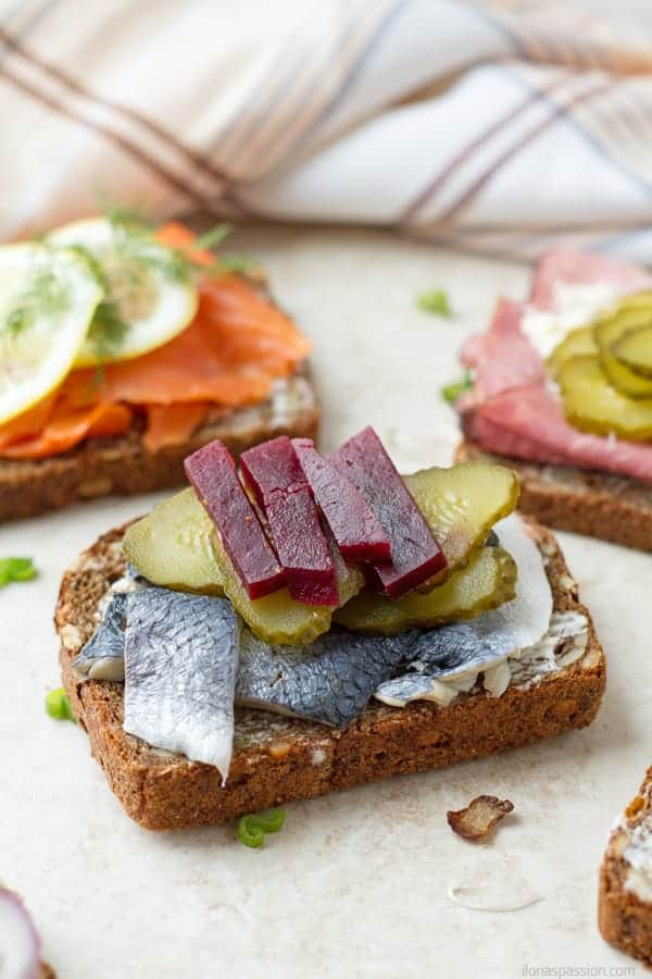 Smorrebrod with herring, pickles and roasted beets by ilonaspassion.com I @ilonaspassion