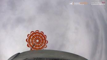 Opadanie członu odzyskiwanego naspadochronie stabilizującym. | Recovery module of the ILR-33 AMBER rocket descending on the drogue parachute.