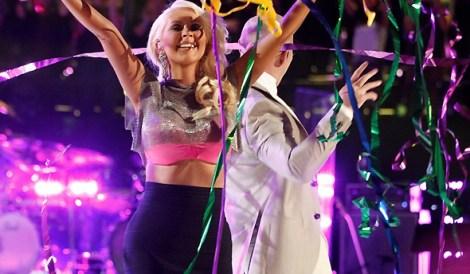 Christina em performance de Feel This Moment