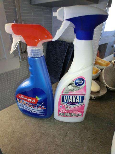 Prodotti per pulire il calcare e goccioline del box doccia in bagno