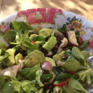 Frisse lentesalade met zwarte bonen en avocado.