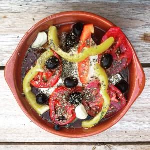 Detox recept: Grieks kerst voorgerecht: Warme feta uit de oven. Zachte geitenkaas met warme tomaten paprika en knoflook.