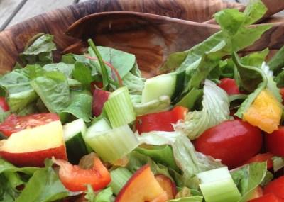 Bleekselderij, een van de seizoensgroenten van september. Heerlijk bijvoorbeeld in een detox salade met abrikozen en avocado.