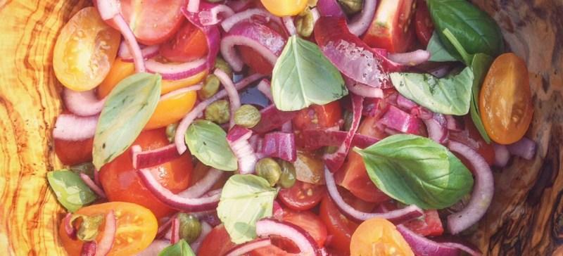 Detox Recept voor een pittige tomatensalade met basilicum, kappertjes en rode ui. Detox salade van I Love Detox