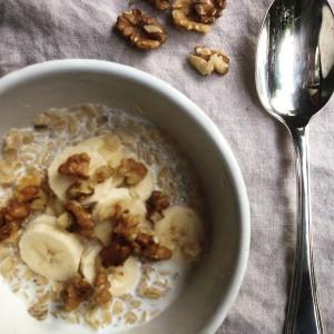 I Love Detox recept: warm ontbijt havermout met amandelmelk, banaan en walnoten