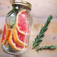 Tips om zelf detox water om fruitwater te maken. Makkelijk, goedkoop en dorstlessend. Ideaal voor op de camping, picknick, onderweg of barbecue of kinderfeestje. Dorstlesser tijdens sport of een detoxkuur bij detoxcoach Nico van Rossum