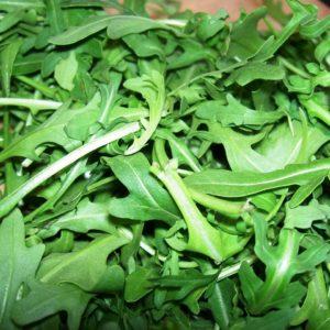 Recept voor zomerse detox salade Rucolasalade met aardbeien amandelen en geitenkaas