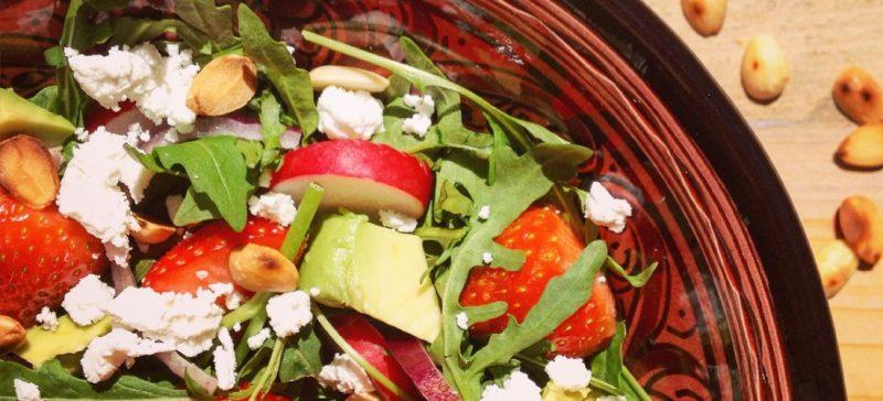 Salade met aardbeien rucola amandelen en geitenkaas. Zomerse detoxsalade, voedzame maaltijd in een detox kuur!