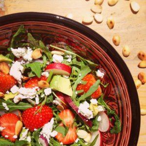 Detox salade recept: Rucolasalade met aardbeien amandelen en geitenkaas. Lente detox salade, voedzame maaltijd in een detox kuur!