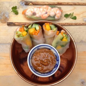 Detox lunch recept Vietnamese springrolls met mango en garnalen. Heerlijk gezonde loempia's met rauwe ingrediënten. Lekker in een detox kuur met voeding, tijdens een picknick of als voorgerecht. Vraag detoxcoach Nico van Rossum naar de mogelijkheden voor een persoonlijke detox kuur.