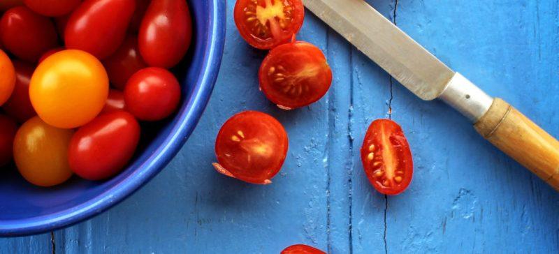 Seizoensgroenten en seizoensfruit van augustus. Als detoxcoach raad ik je aan seizoensgroenten en seizoensfruit te eten tijdens een detox kuur of gezonde leefstijl. Het is veel goedkoper, voedzamer en vaak in de buurt te krijgen.
