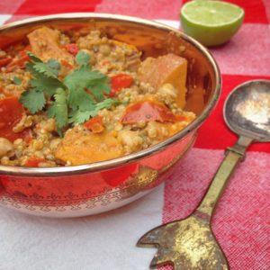 Quinoa zoete aardappel en kikkererwten in pittige curry. Een smakelijk detox recept voor koude wintermaanden. verwarmend, voedend en erg lekker pittig met kruiden van Jonnie Boer! Voor meer informatie over een detox kuur benader de detoxcoach van I Love Detox.