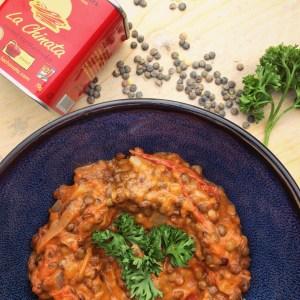 Recept met Franse linzen, tomaten, kokos en gerookte paprika. Verwarmend, vegetarisch, makkelijk en voedend.