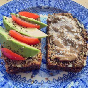 Glutenvrij detoxbrood met quinoa, chia zaad en pompoenpitten. Makkelijk, lekker en prima alternatief voor brood.