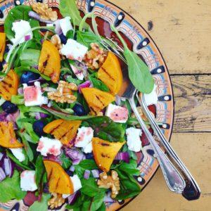 Detox salade met kaki, bosbessen, feta en walnoten, lichte avondmaaltijd voor in je detox kuur!