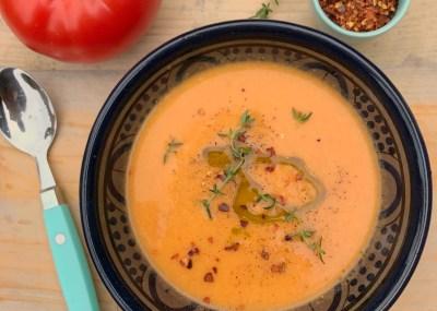 Detox hoofdmaaltijd: Tomatensoep met kokosmelk, kikkererwten en gember. Verwarmend, rijk aan vezels en heerlijk in een detox kuur!