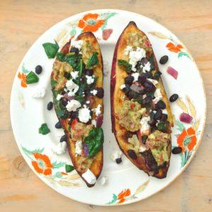 Gevulde zoete aardappel met zwarte bonen, rode ui, avocado en guacamole