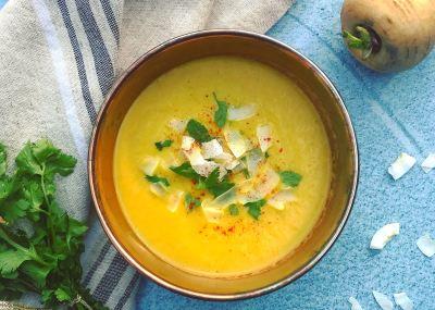 Vegan recept voor detox soep: Pastinaaksoep met wortel, appel en gember. Puur natuur, vol voedingsstoffen, vezels en vitaminen.