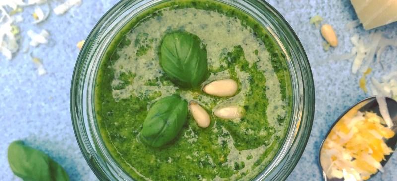 Zelfgemaakte groene pesto alla Genovese met Pecorino - klassiek recept voor in je detox kuur. Lekker in pasta pesto, courgetti of op een rijstwafel.