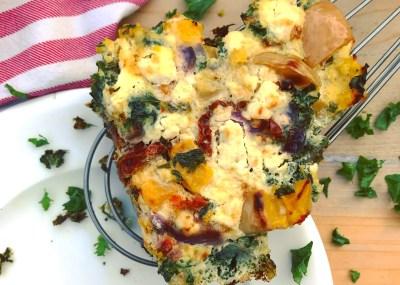 Hoofdmaaltijd recept frittata met pompoen boerenkool gedroogde tomaten en feta. lEcht herfst of winter maaltijd om te genieten met zijn tweeën.