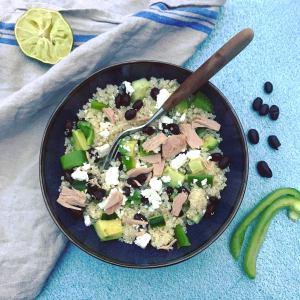 Makkelijk en snel klaar: warme quinoa lunch met zwarte bonen, paprika, tonijn, avocado, sesamolie, feta. Ook makkelijk als meeneem lunch!
