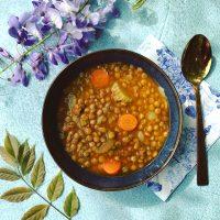 Dit vegan recept voor linzensoep met groene linzen, wortel, bleekselderij en kurkuma is een echte gezonde maaltijdsoep.