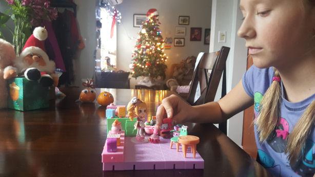 girl-playing-wih-shopkins