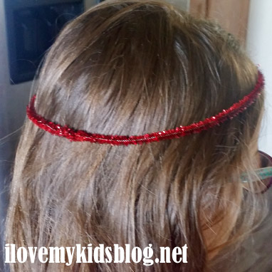 Create a guide for the ribbon tiara using pipe cleaners