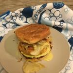 Hamburger di salmone con finocchio e maionese al basilico