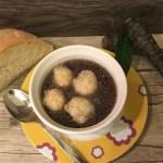 Brodo di bufala in viola con mini canederli di ricotta e parmigiano