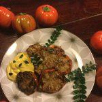 Melanzane rosse di Rotonda alla brace con crema allo yogurt greco, curcuma e foglie di pepe arancio