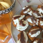 Crostini casalinghi al pomodoro con burrata e acciughe di Cantabrico.