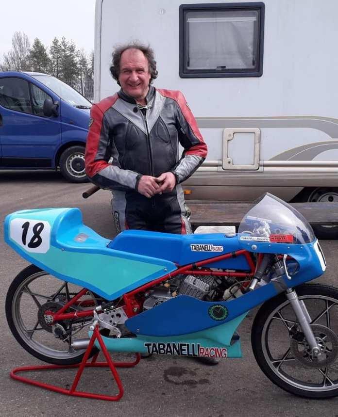 Giuliano Tabanelli e la sua moto da gara