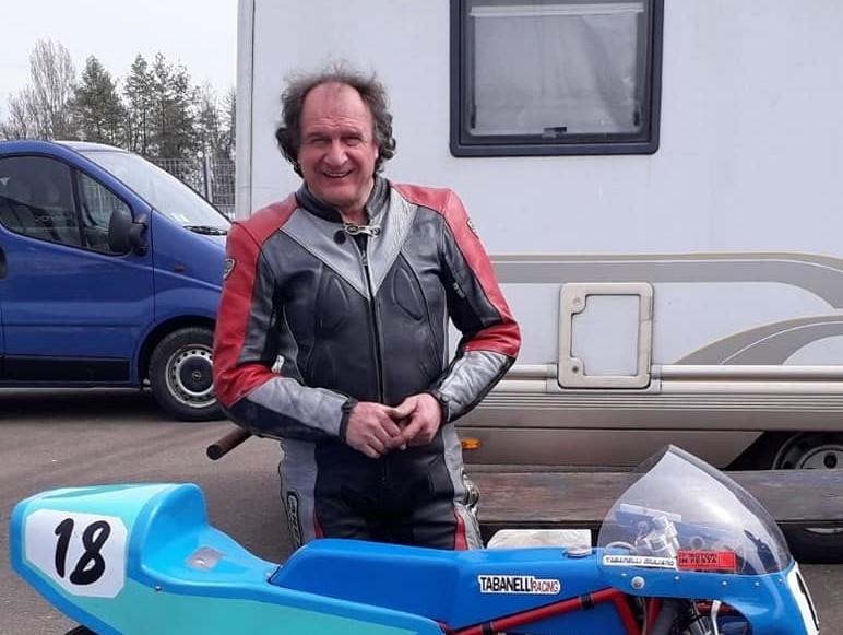 Nella foto Giuliano Tabanelli e la sua moto da gara