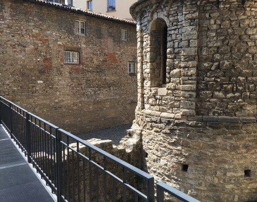 The walkway along the tempietto to the Aula della Curia