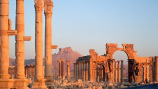 Le rovine di Tadmor (Palmira), che in aramaico significa Palma. Era conosciuta anche come La sposa del deserto, dove Oriente e Occidente si incontravano sulla Via della Seta.