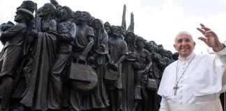 Papa Bergoglio e il monumento ai migranti