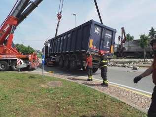 11052015 camion ribaltato origgio (1)